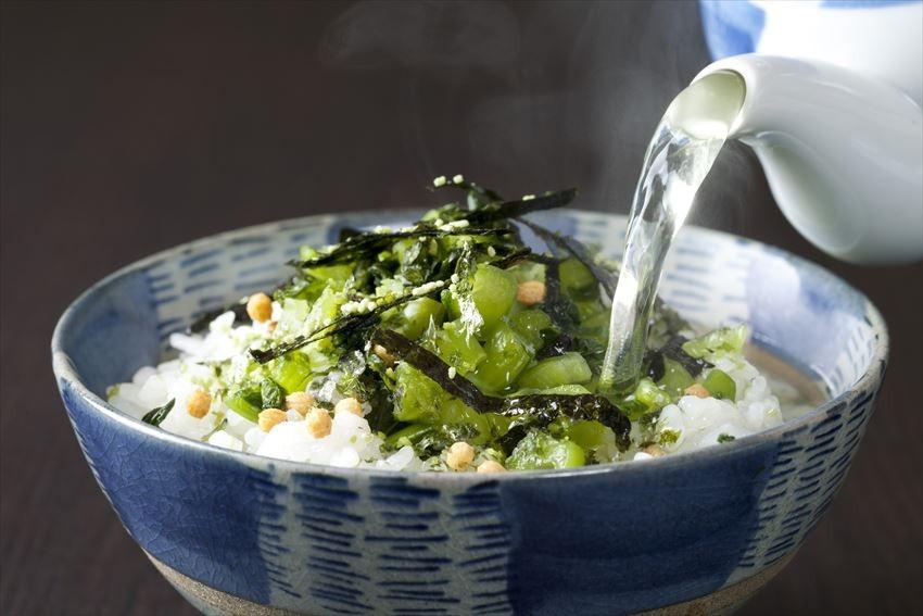 Furikake auf Reis mit grünem Tee